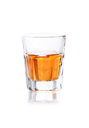 Whisky en un vaso disparo aislado en un fondo blanco Foto de archivo - 38920096