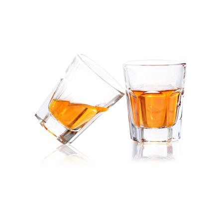 Whisky en un vaso disparo aislado en un fondo blanco Foto de archivo - 38922069