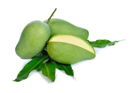 mango: zielone mango na białym tle Zdjęcie Seryjne