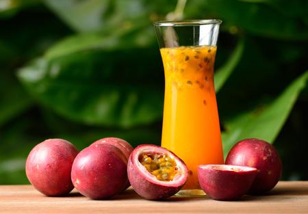 jugo de frutas: Jugo de fruta de la pasión aislado en el fondo Foto de archivo