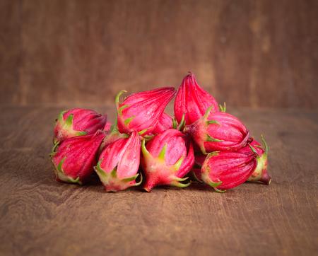 Roselle frutas aisladas sobre fondo de madera. Foto de archivo - 79921999