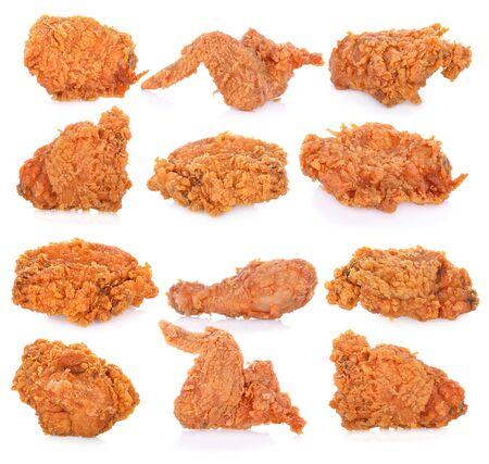 Pollo frito aislado sobre fondo blanco.