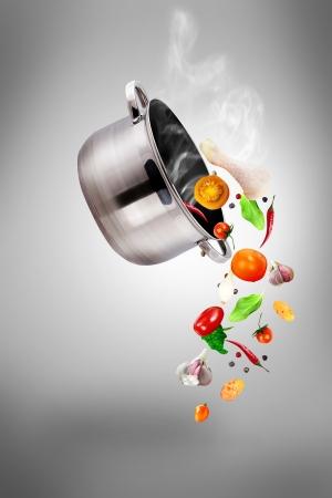 Set de casseroles - la cuisson des légumes avec une casserole - soupe Banque d'images