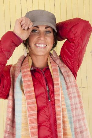 barnwood: Mujeres vistiendo ropa de invierno contra barnwood amarilla