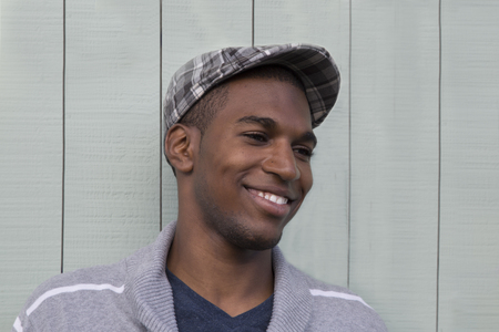 hombres jovenes: Atractivo hombre de cerca retrato afroamericano Foto de archivo