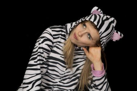 striped pajamas: La mujer llevaba pijama de rayas en blanco y negro Foto de archivo