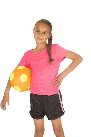 jovenes felices: Niña de pie la celebración de balón de fútbol sonriendo Foto de archivo