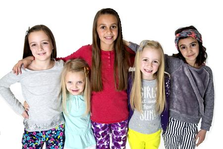 Retrato cinco niñas de pie del brazo