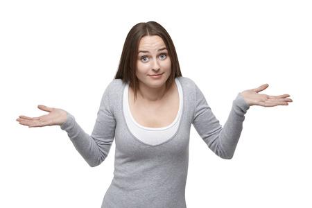 Vrouw haalt haar schouders met haar eyebrowns verhoogd. Geïsoleerd op een witte achtergrond Stockfoto