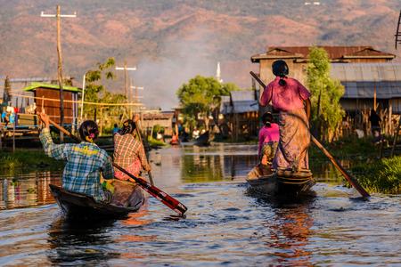 tonle sap: Burmese women rowing on wooden boats, Inle Lake, Myanmar (Burma)
