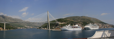Panorama The Franjo Tudjman bridge and blue lagoon with harbor of Dubrovnik, Dalmatia, Croatia, Europe 免版税图像