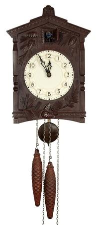reloj cucu:  Reloj de pared con un cuco mostrando cinco minutos para las doce