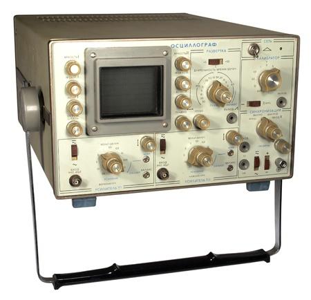 oscilloscope: Il vecchio oscilloscopio sovietico su sfondo bianco.