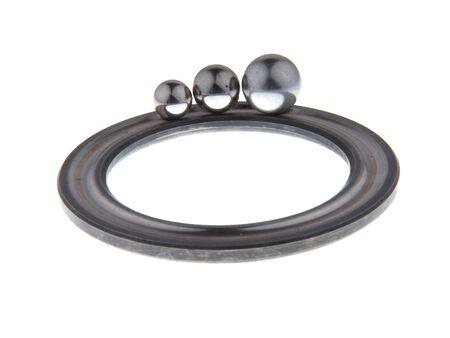 greasing: Teniendo parte de la ronda en un anillo con tres bolas, aislados en fondo blanco.