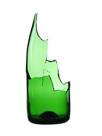 vidrio roto: Verde botella rota aislado sobre fondo blanco