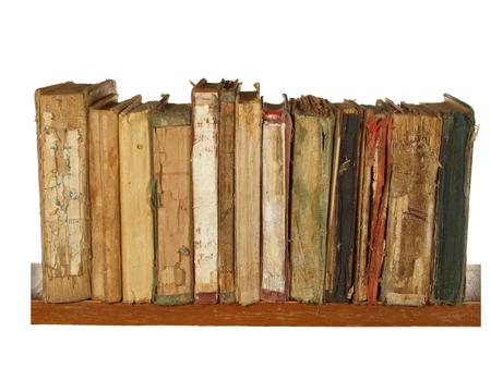 Zeer oude en versleten boeken op een houten plank geïsoleerd op een witte achtergrond. Stockfoto