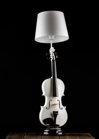 Handmade lamp from the white classical violin on the table Banque d'images