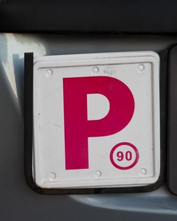 provisional: Sucio y rayado rojo P-Plate utilizado por un conductor provisional en Australia