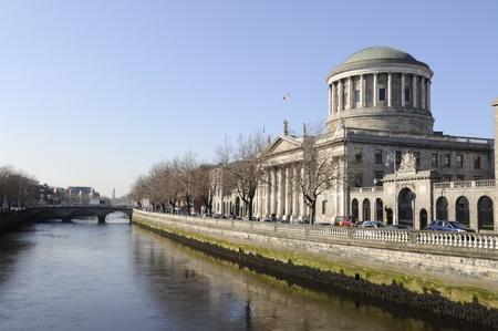 finest: Quattro corti sul fiume Liffey a Dublino, in Irlanda. Uno degli edifici pi� belli di Dublino, quattro corti, catturati su una bella giornata di primavera.