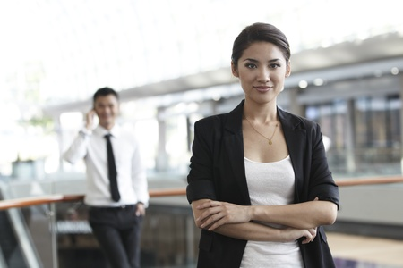 ambiente laboral: Mujer de negocios en un entorno de rango empresarial