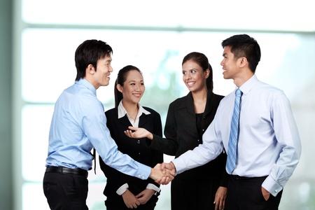 estrechando mano: Un grupo de empresarios asi�ticos.
