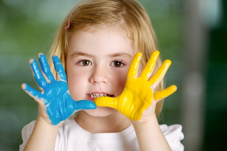 nursery education: Retrato de ni�a con las manos pintadas.