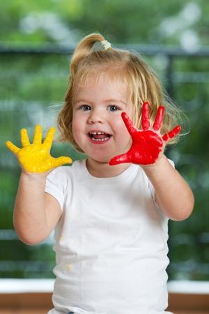 かわいい女の子の手で描かれています。
