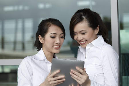 Asian Business Frauen mit Hilfe eines Digital-Tablet