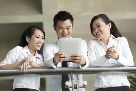 administrador de empresas: Empresarios asi�ticos utilizando un equipo Tablet PC Digital