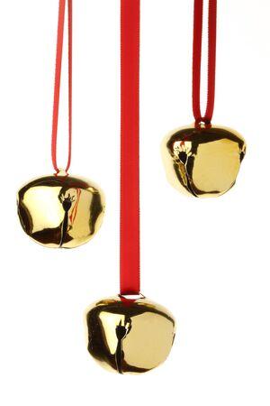 campanas de navidad: cascabeles colgando de la cinta roja, aislado en blanco
