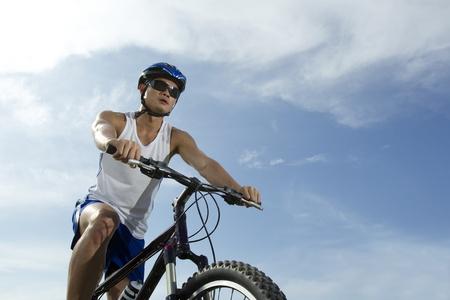 moteros: Retrato de un hombre feliz de Asia en bicicleta
