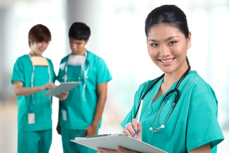 nurse uniform: Un retrato de grupo de un equipo de m�dicos asi�ticos