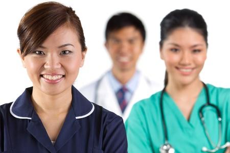 pielęgniarki: Portret grupa azjatyckich zespoÅ'u medycznego, na biaÅ'ym tle.