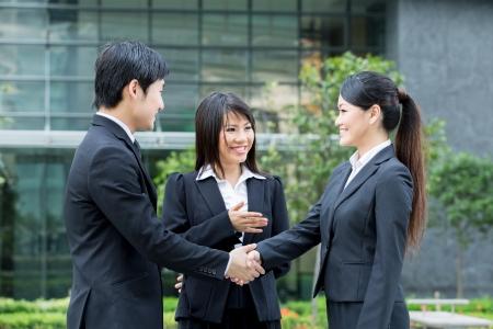 agente comercial: Hombre de negocios y una mujer d�ndose la mano Foto de archivo