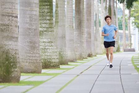 가벼운 흔들림: 여름에 공원에서 실행하는 아시아 남자.