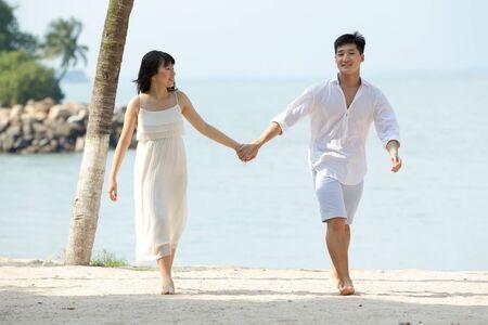 parejas caminando: Pareja joven de Asia en el amor en la playa.