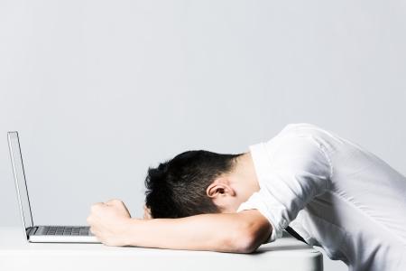 Stressed Asian Business man als gevolg van de van de hoeveelheid werk die hij moet doen. Stockfoto