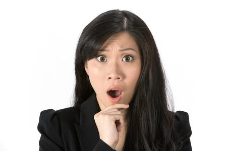 mujer enojada: Mujer asi�tica buscando conmocionado y sorprendido aislado en blanco Foto de archivo