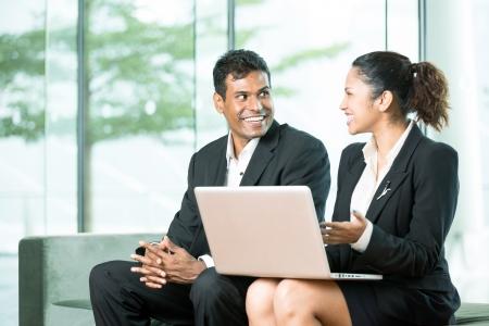business man laptop: Equipo feliz de Empresas en trabajar juntos en torno a un ordenador port�til Foto de archivo