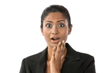 persona enojada: Mujer india buscando conmocionado y sorprendido. Aislados en blanco