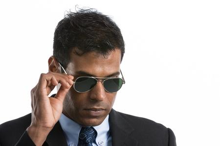 agent de sécurité: Jeune homme d'affaires indien vêtu d'un costume et lunettes de soleil. Isolé sur un fond blanc Banque d'images