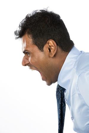 jefe enojado: El hombre enojado gritando de Empresas en su mensaje. Aislado contra un fondo blanco.