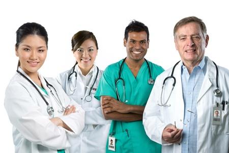 grupo de médicos: Grupo de la imagen de un equipo de carreras médicas mixtas. Aislado en blanco.