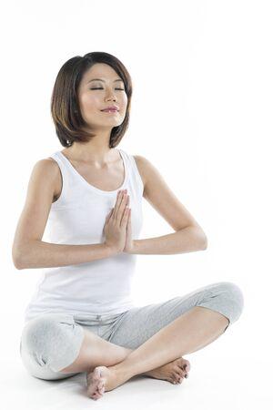 mujer china: Retrato de una mujer china que hace ejercicios de yoga