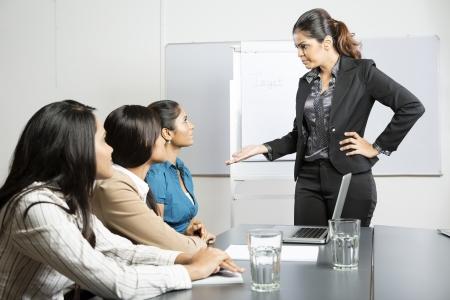 personne en colere: Patron en col�re parler � son personnel lors d'une r�union. Femme d'affaires indien.