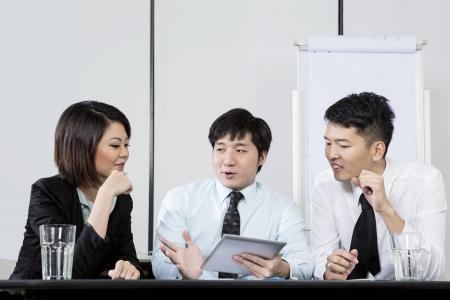 Chinese Business Mann führt ein Treffen im Büro.