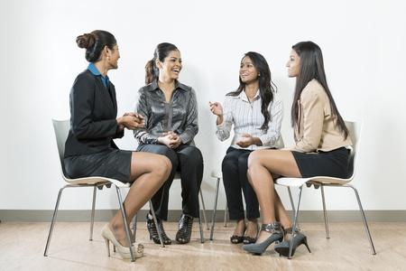 talking businessman: Grupo de mujeres de negocios indios que tienen una conversaci�n