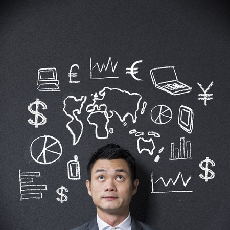 billets euro: Homme d'affaires chinois en face d'une esquisse ou un diagramme sur les affaires et le commerce