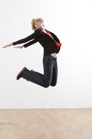 mujer china: Una mujer china feliz saltando en una sala de estar