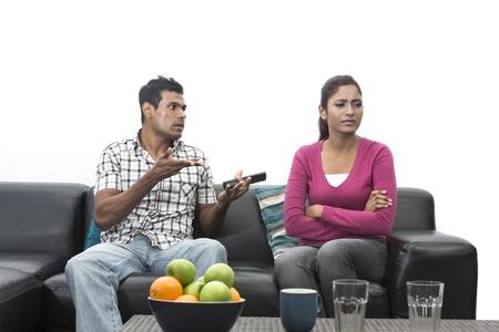 novios enojados: Angry pareja de indios que tienen un argumento en su sala de estar